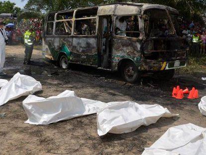 Imagens do ônibus queimado na Colômbia.