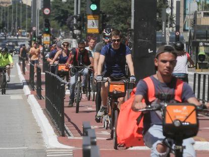 Paulistanos fazem exercício na avenida Paulista na Sexta-feira Santa, 10 de abril de 2020.