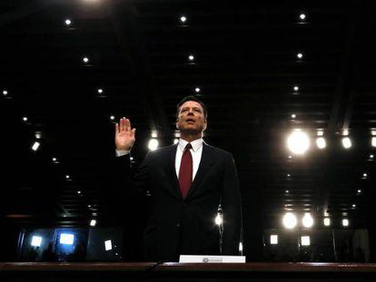 O ex-diretor do FBI James Comey jura perante o Comitê de Inteligência do Senado.