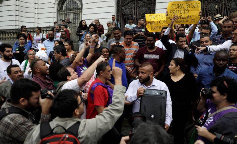 Apoiadores e críticos de Crivella protestam em frente à Câmara do Rio de Janeiro.