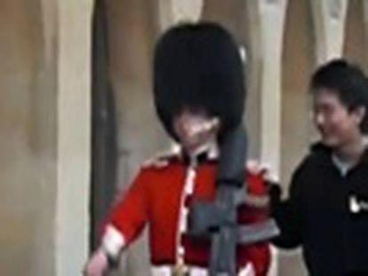 Normalmente permanecem impávidos ante os turistas, mas os guardas do Palácio de Buckingham também perdem a paciência