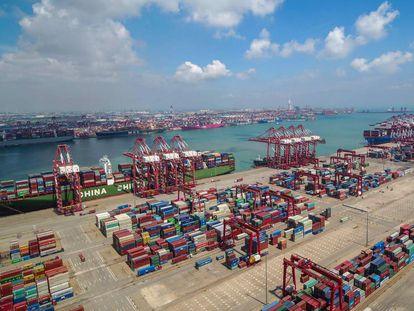 Contêineres armazenados no porto chinês de Qingdao, no este da China, neste mês.