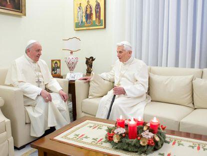 Bento XVI e Francisco juntos no mosteiro no Vaticano.