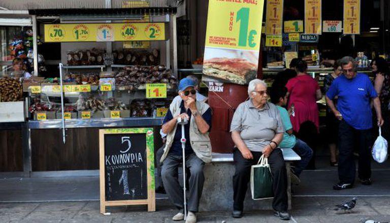 Cidadãos gregos em uma loja de Salonica.