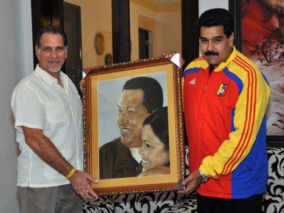 René González e Maduro seguram um quadro de Chávez.