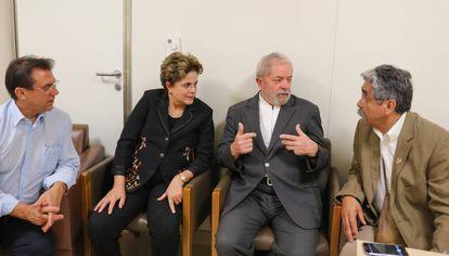 A ex-presidenta Dilma Rousseff visita Lula no hospital.