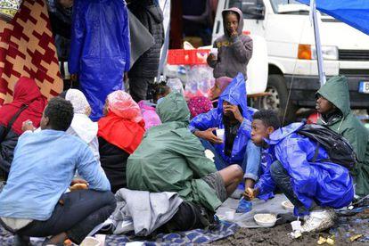 Refugiados descansam em campo improvisado de refugiados em Roszke (Hungria).