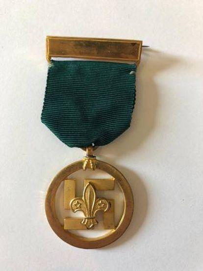 A medalha do mérito dos escoteiros, desenhada pelo pintor, escultor e militar britânico Robert Baden-Powell em 1922, sobrepõe a flor de lis dos escoteiros a uma suástica, como símbolo de boa sorte.