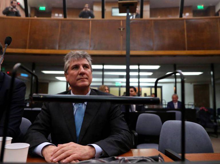 O ex-vice-presidente kirchnerista Amado Boudou ouve a sentença dos juízes nos tribunais de Buenos Aires.