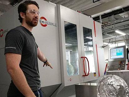 Spencer Burns, diretor de materiais, mostra uma impressora 3D para materiais avançados.