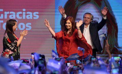 Alberto Fernandez com a ex-presidenta Cristina Kirchner, sua companheira de chapa diante dos apoiadores em Buenos Aires.