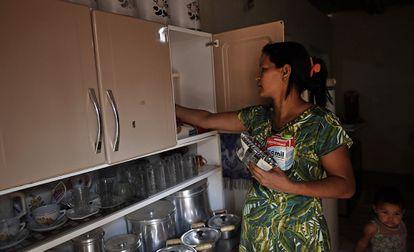 Para sustentar a família, Carla gasta todo o auxílio emergencial em alimentação.
