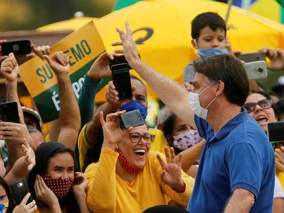 Bolsonaro cumprimenta apoiadores que protestam em Brasília contra o Congresso e o STF, em 17 de maio.