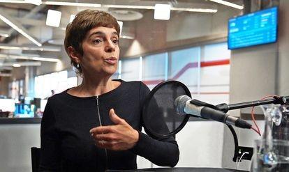 A jornalista Renata Lo Prete durante gravação do podcast 'O Assunto'.