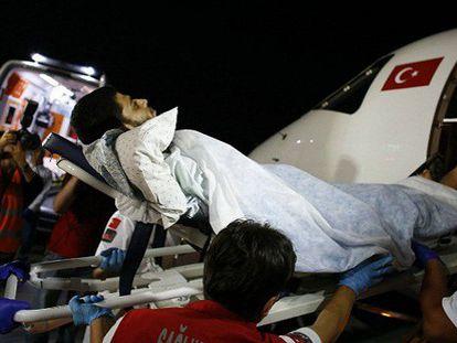 Palestinos feridos são levados à Turquia.