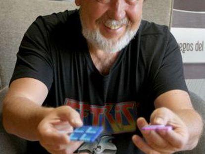 Alexey Pajitnov mostra duas peças do 'Tetris' em Bilbao.