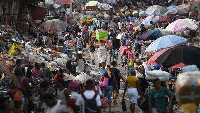 Dezenas de pessoas em um mercado de Porto Príncipe, neste domingo, 11 de julho.