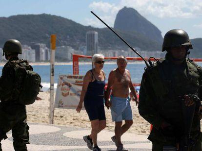 Fuzileiros navais na praia de Copacabana.