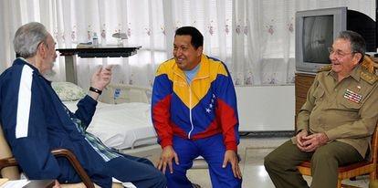 Hugo Chávez, entre Fidel e Raúl Castro, no hospital de Havana.