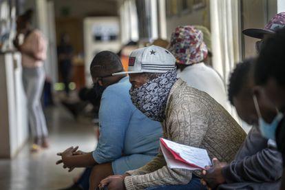 Voluntários aguardam em uma instalação de teste de vacina nos arredores de Joanesburgo, na África do Sul.