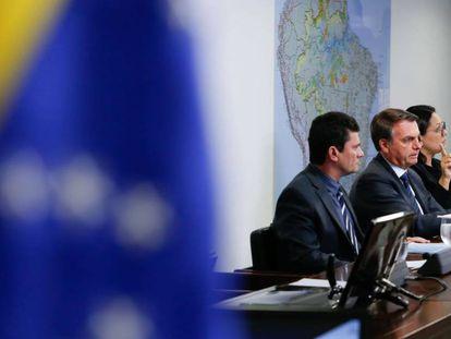 Sérgio Moro ao lado de Jair Bolsonaro durante transmissão ao vivo via redes sociais.