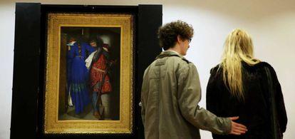 Um casal de visitantes diante de 'Encontro na torre', de Frederic William Burton, na National Gallery of Ireland