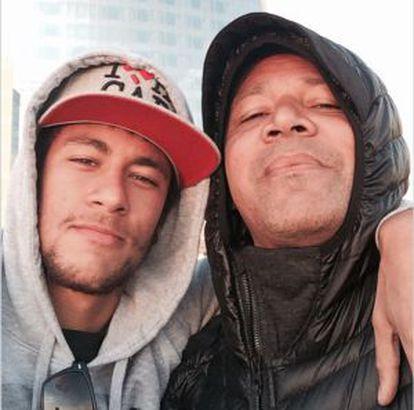 O jogador compartilha nas redes sociais fotos familiares. Na imagem, com seu pai.