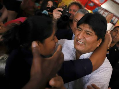 O ex-presidente de Bolívia, Evo Morales, é recibo por uma mulher depois de sua arribo ao aeroporto de Buenos Aires.