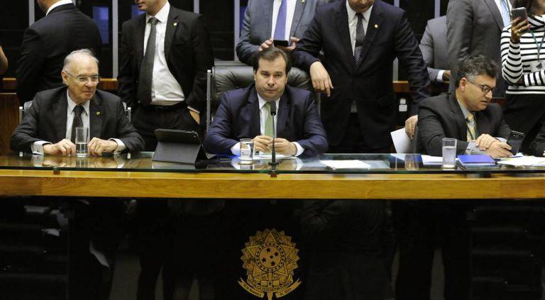 O presidente da Câmara (centro) durante a votação do Refis.