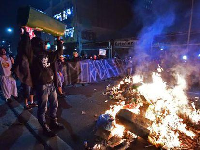 Manifestantes queimam lixo em São Paulo.