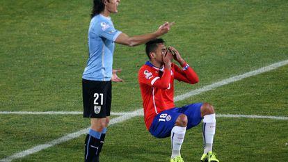 Cavani dizendo ao árbitro o que Jara havia feito.