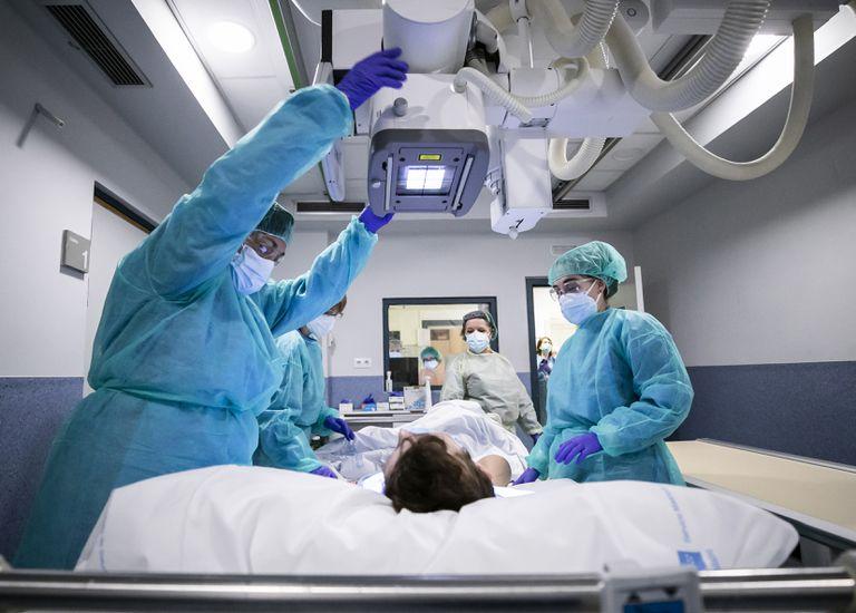 Médicos do hospital Gregorio Marañón, de Madri, durante um exame em um paciente em abril.