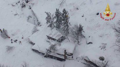 Imagem aérea do estado atual do hotel, feita pelos bombeiros.