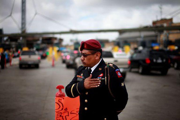 Um ex-soldado do exército dos EUA protesta em Tijuana contra as deportações de veteranos.