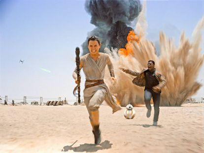 Os protagonistas de 'Star Wars: O Acordar da Força' (2015) fogem de uma explosão.