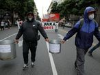 Demonstrators hold empty cooking pots during a protest to demand resources for the vulnerable, amid the coronavirus disease (COVID-19) lockdown, in Buenos Aires, Argentina May 21, 2020. REUTERS/Agustin Marcarian