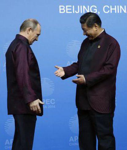 O presidente da China, Xi Jinping saúda Valdimir Putin, na cúpula da APEC.