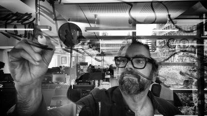 Liniers faz uma ilustração sobre uma janela de vidro na Ciudad de México, em 11 de novembro de 2018.