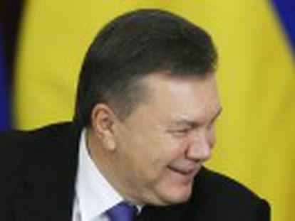 Moscou garante a segurança do presidente deposto da Ucrânia e prepara uma lei para simplificar a cidadania russa a ucranianos