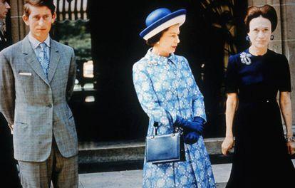 Wallis Simpson, com Isabel II e o príncipe Carlos da Inglaterra em Paris, em 1972.