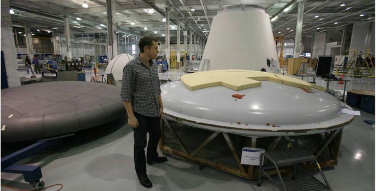 Elon musk inspeciona um escudo térmico na fábrica de SpaceX.