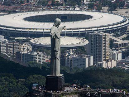 O icônico Cristo Redentor, no Rio de Janeiro, com o Maracanã ao fundo.