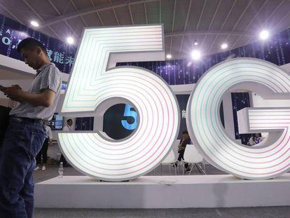 Um homem utiliza um celular em uma feira tecnológica na China