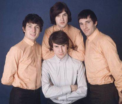 Por mais que Dave Davies se empenhe, desde os anos sessenta já havia um líder. Quem veste a camisa de cor diferente do restante nessa imagem? Sim, Ray Davies.