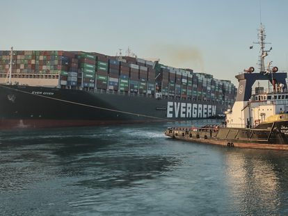 O 'Ever Given' é rebocado depois de reflutuar no canal de Suez, em 29 de março.