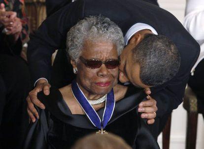 Obama beija Maya Angelou após homenageá-la em 2011.