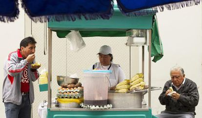 Clientes em barraca de comida no Mercado Central de Lima.