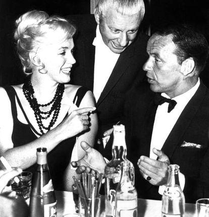 """""""O sexo faz parte da natureza, e eu me dou muito bem com a natureza"""", costumava dizer Marilyn Monroe. Não é nenhum segredo que a loira mais famosa de Hollywood tinha uma vida sexual das mais movimentadas. Mas não sabíamos o quanto até 2010, quando o FBI desclassificou um relatório que revelava que a atriz participou de """"festas sexuais"""" com Frank Sinatra, Sammy Davis Jr. e os irmãos Ted, Robert e John F. Kennedy. As orgias eram realizadas em um luxuoso hotel nova-iorquino, e dizem os boatos que existiam até mesmo fotografias que nunca foram publicadas porque os Kennedy pagaram muito bem aos chantagistas. Na imagem, uma alegre Marilyn Monroe com Frank Sinatra. Foi em julho de 1962, uma semana antes da morte da atriz."""