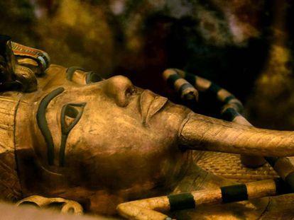 Um de sarcófagos de ouro de Tutankamón que se mostra em seu no Vale dos Reis de Luxor.