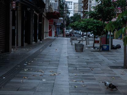Rua do calçadão comercial de Ribeirão Preto, no interior de São Paulo, vazia nesta quinta-feira devido ao 'lockdown'.